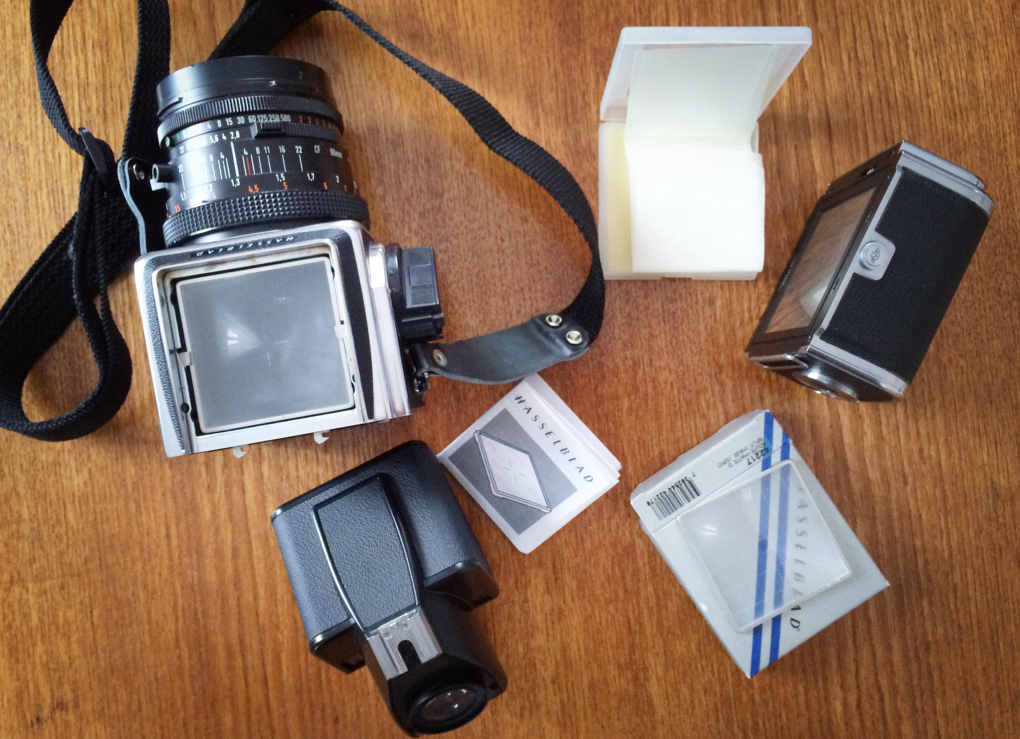 Hasselblad är verkligen lätt att arbeta med. Med enkla grepp och utan redskap plockar man isär kameran.