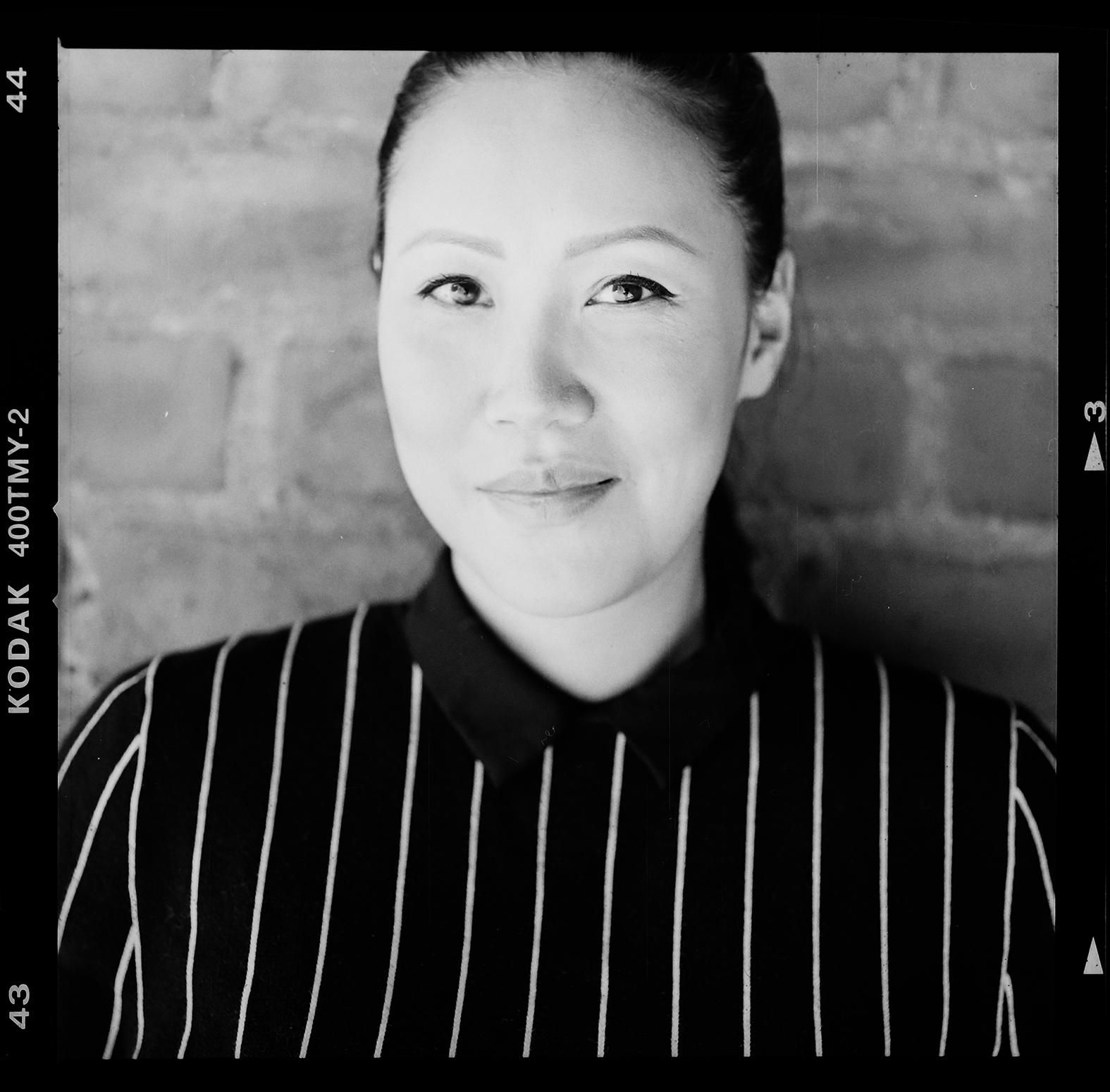 Illustratören och den uppmärksammade författaren Hue Huynh. Foto: Mikael Andersson, 2016-04-11, Hasselblad 500C/M, 120mm makro. Exponerad f4- 1/125sek.
