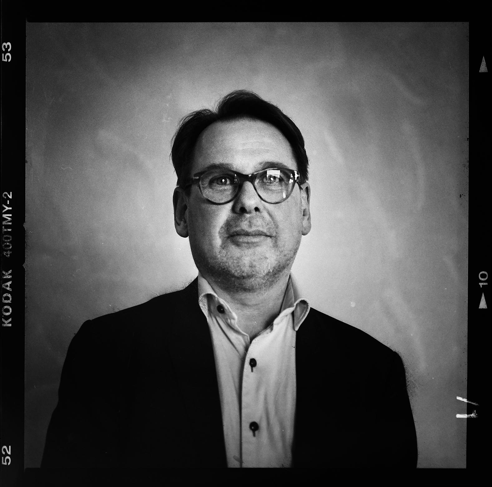 PeO Wärring tidigare chefredaktör på Eskilstuna-Kuriren fotograferades uppe i lunchrummet på redaktionen i samband med avtackningen. Foto: Mikael Andersson, 2016-04-01, Hasselblad 500CM, 80mm. Exponerad 1/30sek f2,8.