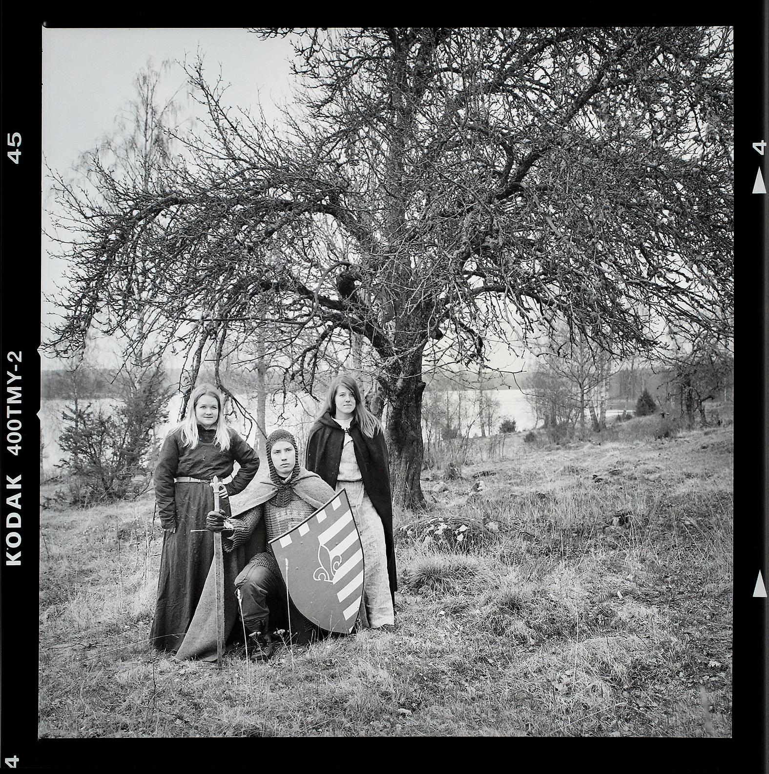 Riddare Rodney (Anders Wadman), trollkvinnan Linnéa Karlsson och bybon Madelene Augustsson ute i Näshultaskogen