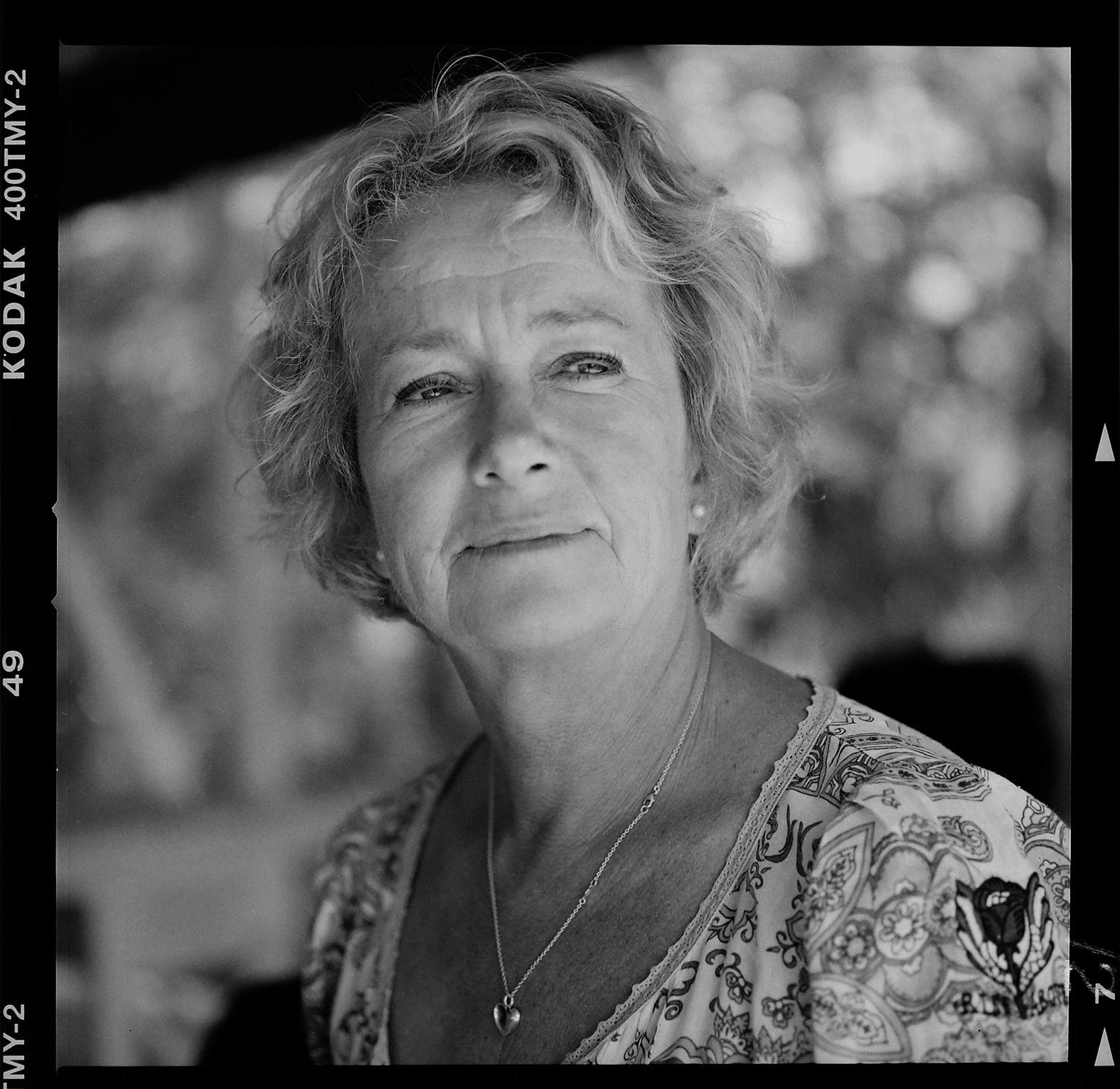 Lotta Brolin på Mary´s butik & café. Foto: Mikael Andersson, 2016-05-31, Hasselblad 500 cm, 150mm, f4-1/500