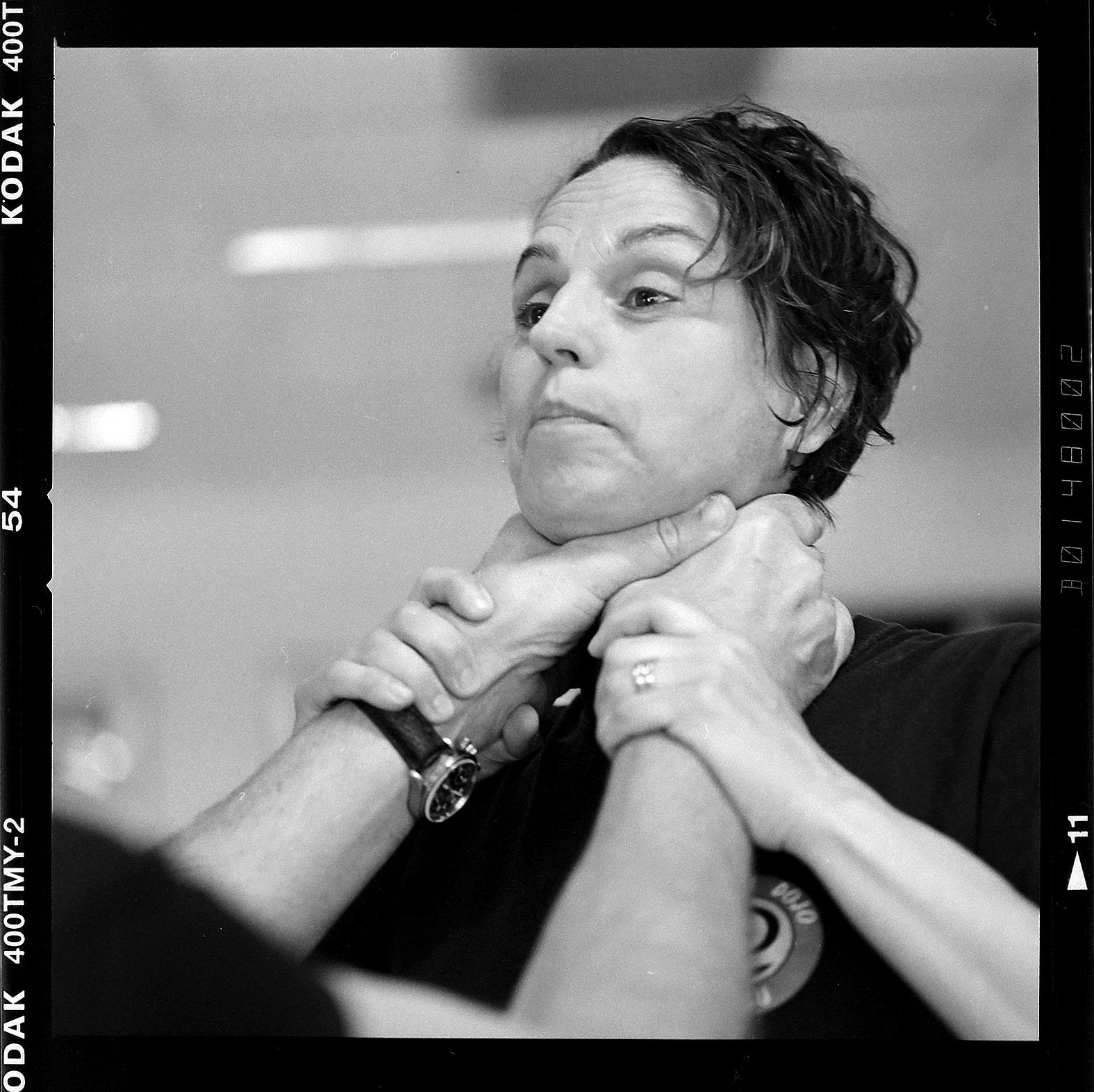 Anita Enberg hjälper äldre att försvara sig. Foto: Mikael Andersson, 2016-06-22, Hasselblad 500 cm, 150mm, f4-1/30sek.