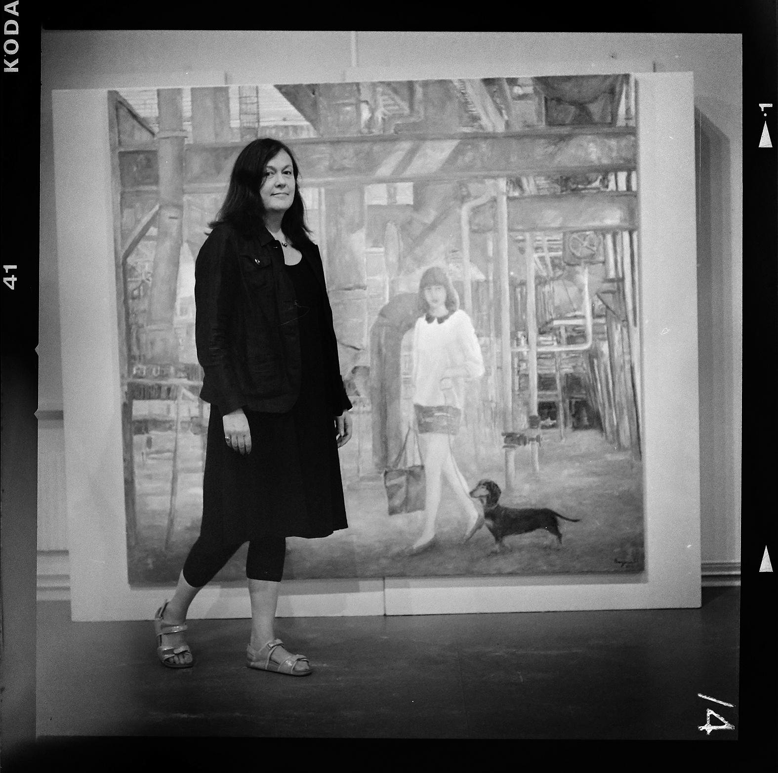 Konstnären Eva Bergenwall framför ett av sina verk. Foto: Mikael Andersson, 2016-06-09, Hasselblad 500 CM, 150mm, f4-1/30 sek.