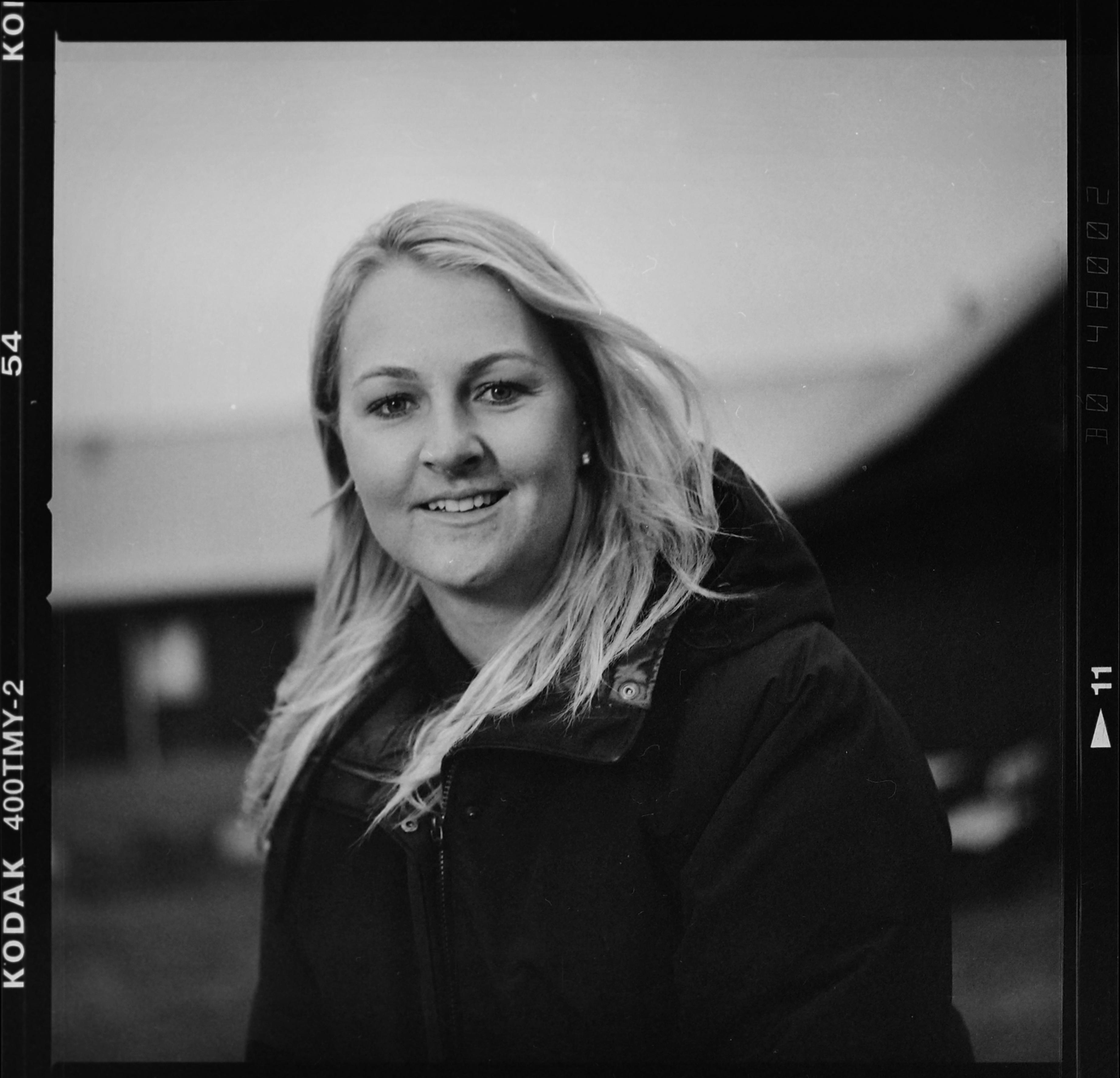 Svartvitt porträtt av Anna Nordqvist. Golfproffset från Torshälla. Foto: Mikael Andersson 21/12-2016, Hasselblad 500 cm, 150mm f4-1/60 sek ISO 400.